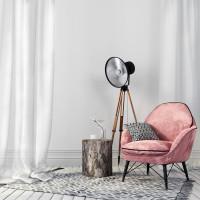Ružové kreslo a stojanová lampa v retro štýle