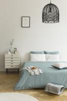 Manželská posteľ a nízka biela komoda so zásuvkami