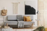 Sivá pohovka vo svetlej bohémskej obývačke