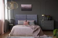 Čalúnená posteľ v sivej glamour spálni