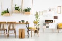 Dlhý stôl a drevené stoličky v retro jedálni