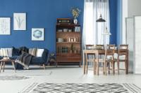 Drevený jedálenský stôl a stoličky v modro-bielej obývačke