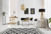 Obývačka v škandinávskom štýle s čiernobielym kobercom