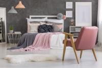 Biela manželská posteľ s dekoračnými vankúšmi a dekami