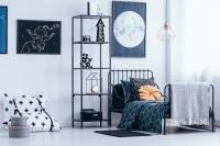 Kovový nábytok v študentskej izbe s modrými doplnkami