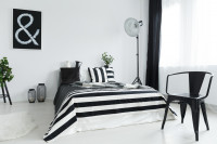 Manželská posteľ modernej bielo čiernej spálni