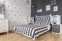 Manželská posteľ v spálni v sivo bielej kombinácii