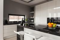 Barové stoličky v modernej čierno-bielej kuchyni