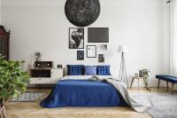Manželská posteľ s modrou bielizňou v retro spálni