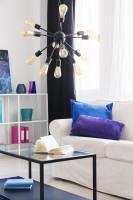 Biela pohovka a kovový stolík v modernej obývačke