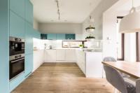 Bielo-tyrkysová kuchynská linka v priestrannej modernej kuchyni