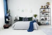 Pohodlná manželská posteľ a čierny kovový nábytok