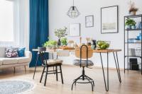 Jedálenský stôl a stoličky v industriálnom štýle