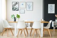 Veľký jedálenský stôl a biele stoličky v škandinávskom štýle