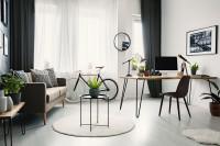 Industriálny písací stôl a pohovka v čierno-bielej obývačke