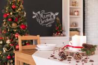 Jedálenský stôl s vianočnými dekoráciami v škandinávskej kuchyni