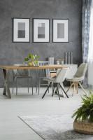 Jedálenský stôl a čalúnené stoličky v sivej jedálni