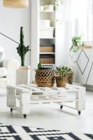 Biely paletový stolík v škandinávskej obývačke