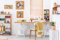 Drevený písací stôl v pracovni s farebnými doplnkami