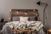 Drevená posteľ s osvetlením a kožušinovým prehozom