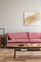 Ružová pohovka a elegantný drevený stolík