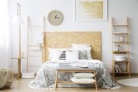 Biela spálňa s nábytkom zo svetlého dreva