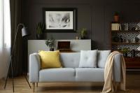 Svetlá pohovka v retro obývačke s tmavosivou stenou