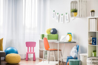 Farebné stoličky a doplnky v bielej detskej izbe