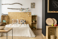 Drevená posteľ a nábytok z prepraviek v bohémskej spálni