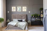 Manželská posteľ s čalúneným čelom v sivej glamour spálni