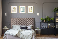 Čalúnená manželská posteľ v sivej glamour spálni
