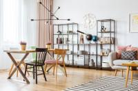 Jedálenský stôl a kovové regály vo svetlej obývačke