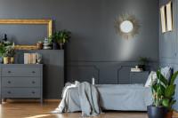 Manželská posteľ v sivej glamour spálni