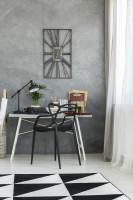 Písací stôl a čierna plastová stolička v elegantnej pracovni