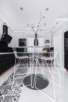 Kovové barové stoličky a stolík v čierno-bielej modernej kuchyni