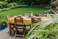 Záhradný stôl a drevené skladacie stoličky