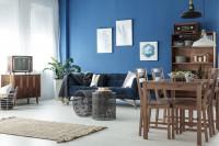 Drevený jedálenský set v obývačke s modrou stenou