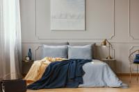 Manželská posteľ a kovové stolíky v klasickej spálni