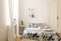 Manželská posteľ s čiernobielymi obliečkami