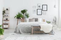 Veľká manželská posteľ v útulnej škandinávskej spálni