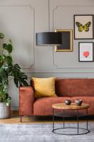 Hnedá pohovka a okrúhly konferenčný stolík