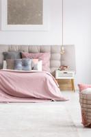 Čalúnená posteľ s ružovými obliečkami