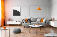 Pohovka v retro obývačke s oranžovými doplnkami