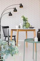 Okrúhly jedálenský stôl a stojanová lampa v malej jedálni