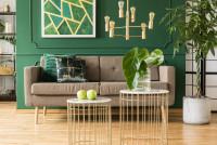 Elegantná retro pohovka v obývačke v zeleno zlatej farebnosti
