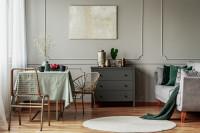 Stôl a kovové stoličky v sivej obývačke
