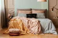 Manželská posteľ v glamour spálni v pastelových tónoch