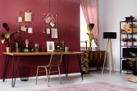 Písací stôl a kovová stolička v pracovni s bordovou stenou