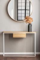 Minimalistický konzolový stolík s vázou a okrúhle zrkadlo