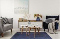 Drevené stolíky v útulnej škandinávskej obývačke